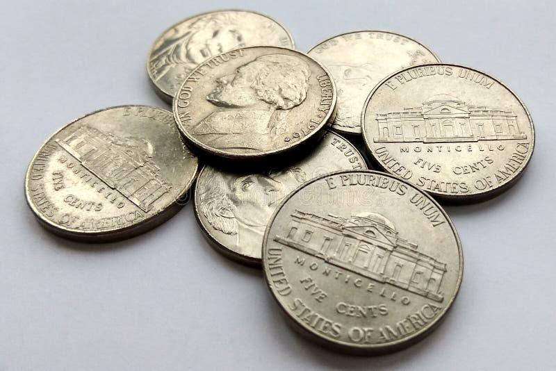 5 monete americane S.U.A. del centesimo su fondo bianco immagini stock libere da diritti