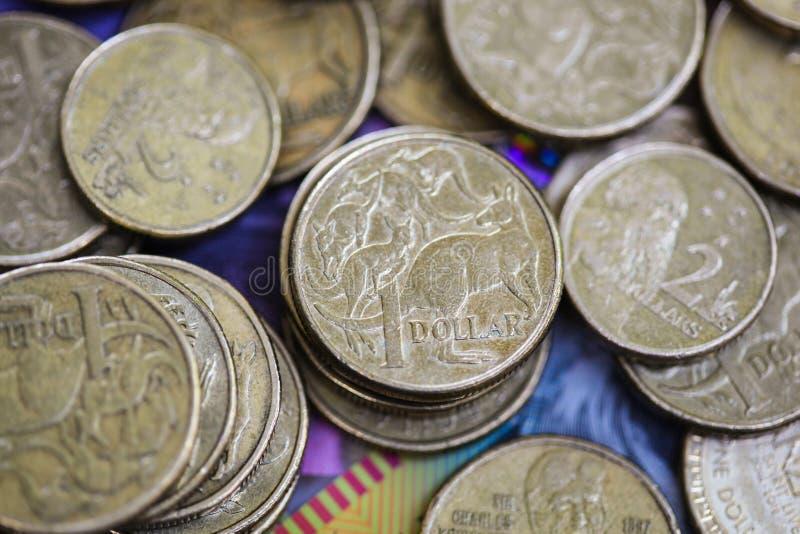 Monete australiane del dollaro dei soldi sulle note del dollaro fotografia stock libera da diritti