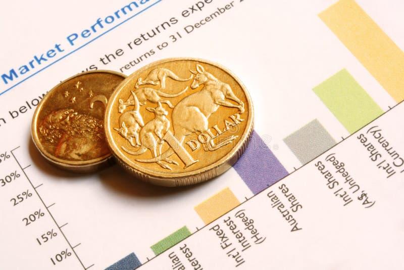 Monete australiane sul grafico di prestazione del mercato immagine stock