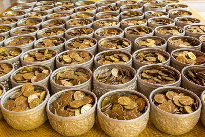 Monete in ciotola immagine stock