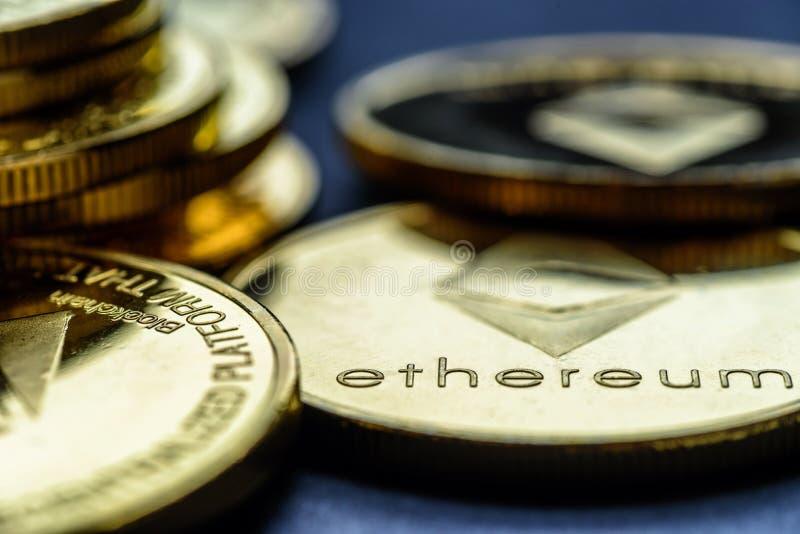 Monete cripto di valuta di Ethereum dei soldi virtuali dorati del primo piano impilate su un fondo scuro immagini stock libere da diritti