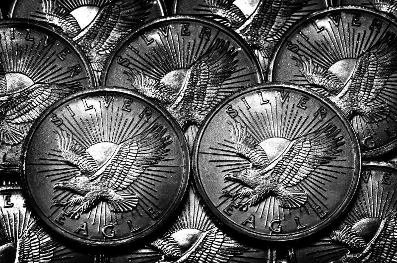 Monete d'argento e aragole Inflazione da Corvo d'Aquila per la ricchezza fotografie stock libere da diritti
