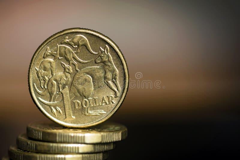 Monete del dollaro australiano sopra fondo vago con Copyspace fotografia stock