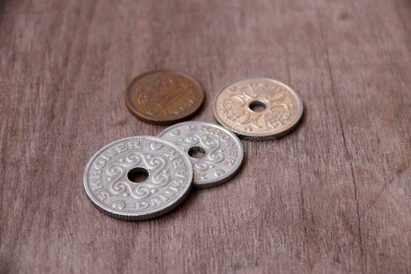 Monete della Danimarca sul pavimento di legno, soldi della corona danese, il co immagine stock