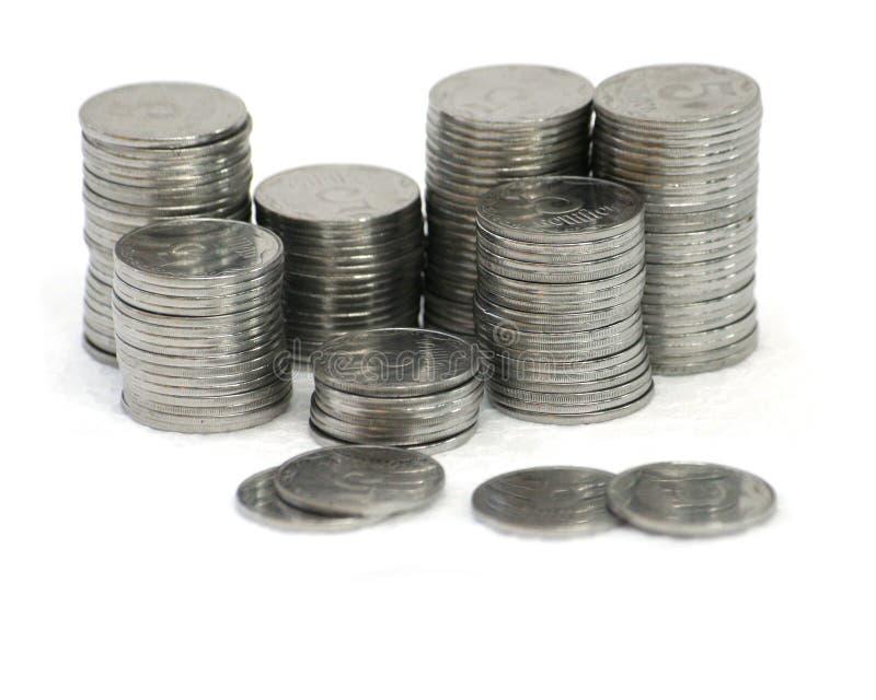 Download Monete Delle Colonne Di Ormeggio Su Priorità Bassa Bianca Fotografia Stock - Immagine di grigio, sparso: 7306980