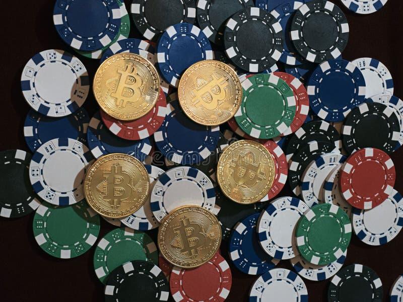 Monete di Bitcoin e chip di mazza Nuova valuta virtuale e reale immagini stock