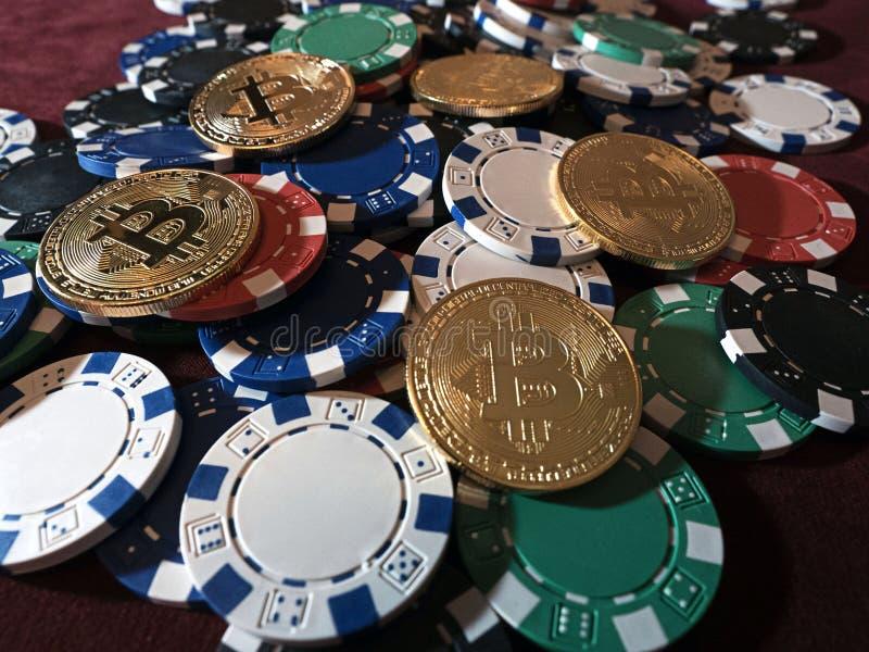 Monete di Bitcoin e chip di mazza Nuova valuta virtuale e reale fotografie stock