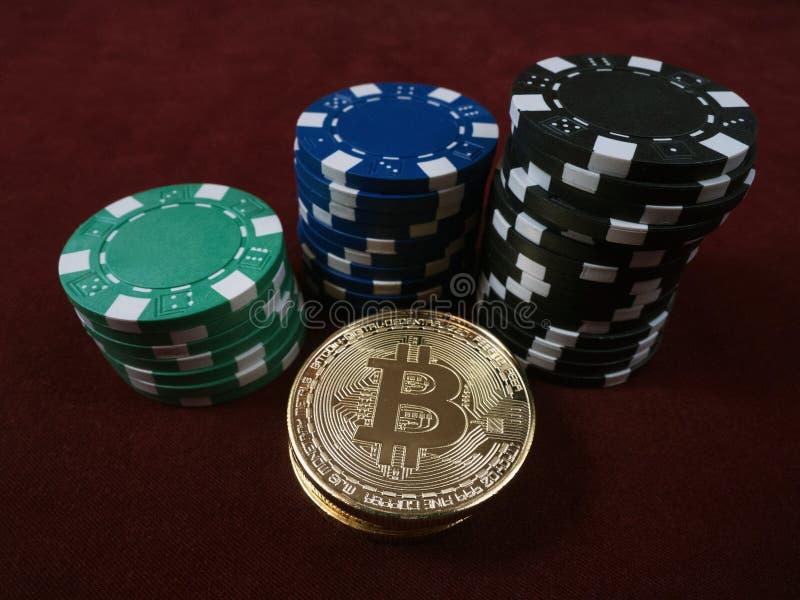 Monete di Bitcoin e chip di mazza Nuova valuta virtuale e reale fotografia stock