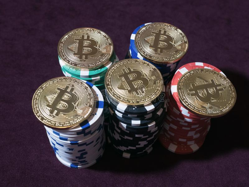 Monete di Bitcoin sui chip di mazza Nuova valuta virtuale e reale immagine stock