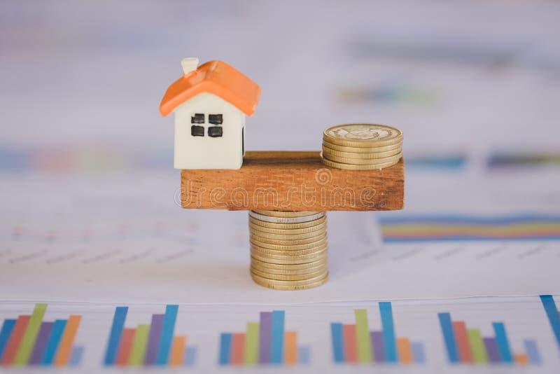 Monete di modello che equilibrano su un movimento alternato, idee di investimento di bene immobile della proprietà, concetto dei  immagini stock