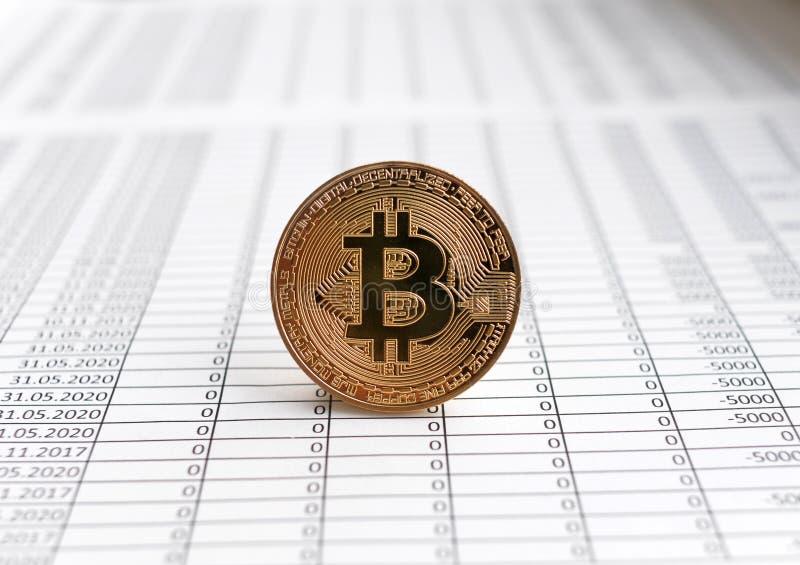Monete di oro Bitcoin su fondo bianco con i numeri prezzo di Bi immagini stock libere da diritti