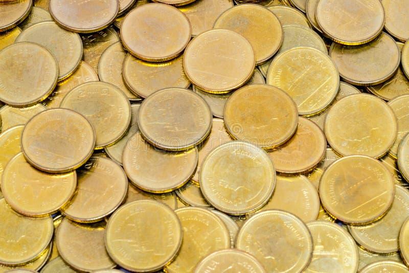 Monete di oro i soldi da 2 baht in Tailandia fotografie stock