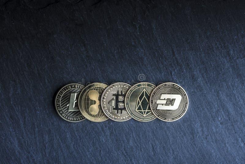 monete dorate di cryptocurrency sull'ardesia illustrazione vettoriale