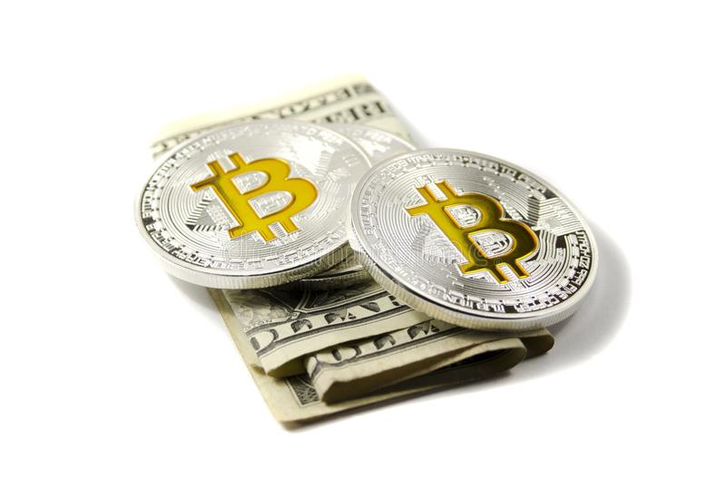 Monete e dollari americani brillanti di Bitcoin dell'oro e dell'argento sulla parte posteriore di bianco fotografie stock libere da diritti