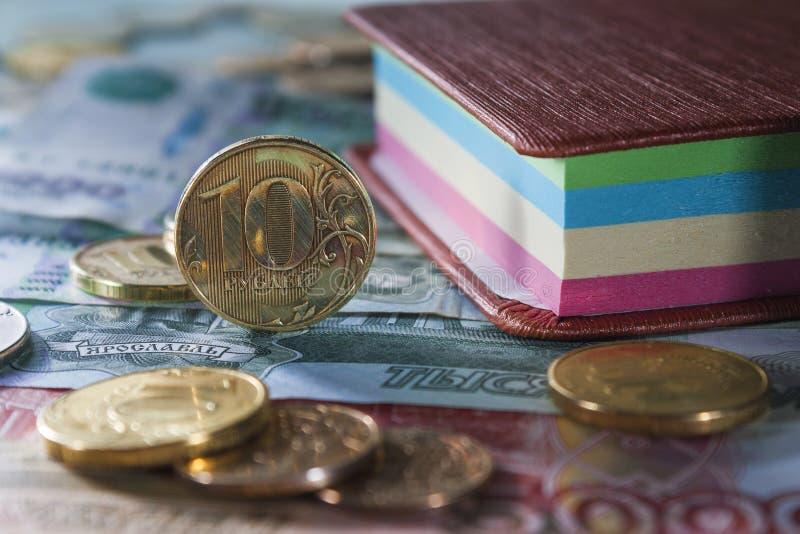 Monete e note russe sulle fatture di grande denominazione fotografia stock