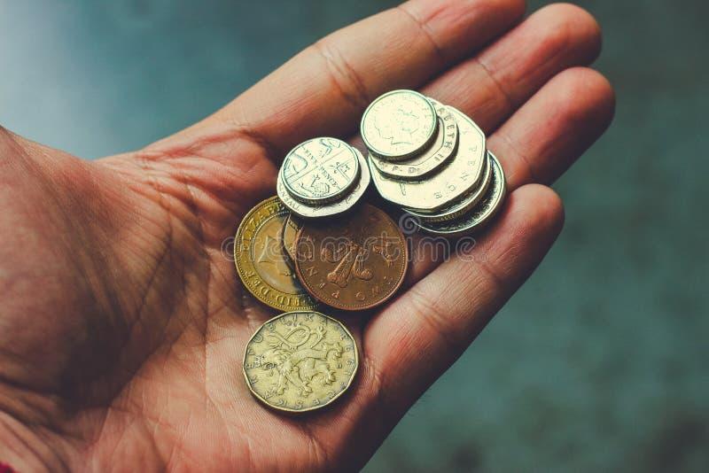 Monete nella palma della vostra mano fotografia stock