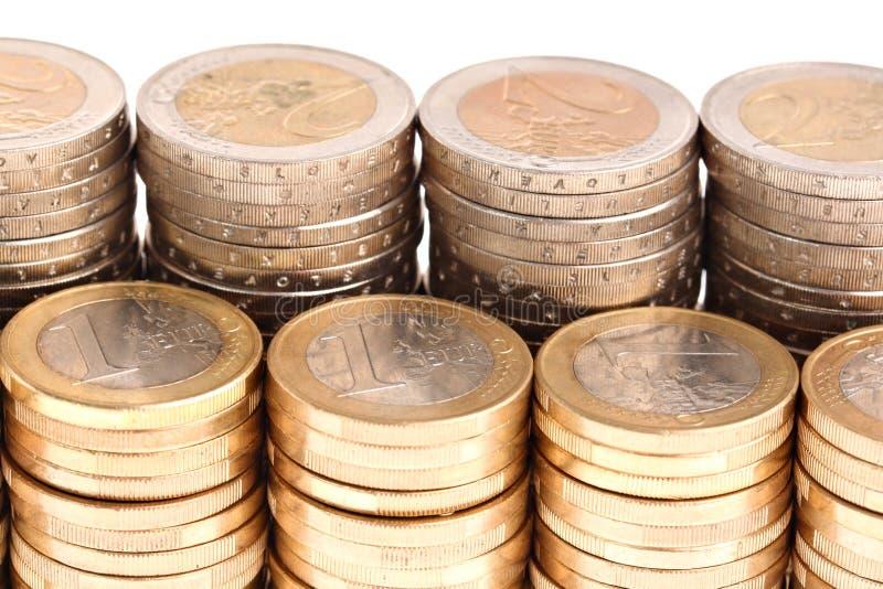 Monete organizzate in colonne e nelle righe, vista dettagliata immagini stock libere da diritti
