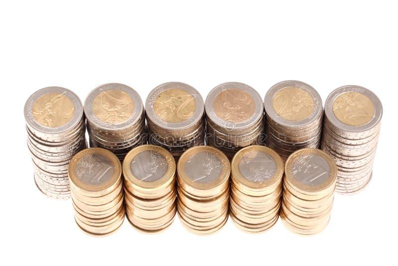 Monete organizzate in colonne e righe isolate fotografie stock libere da diritti