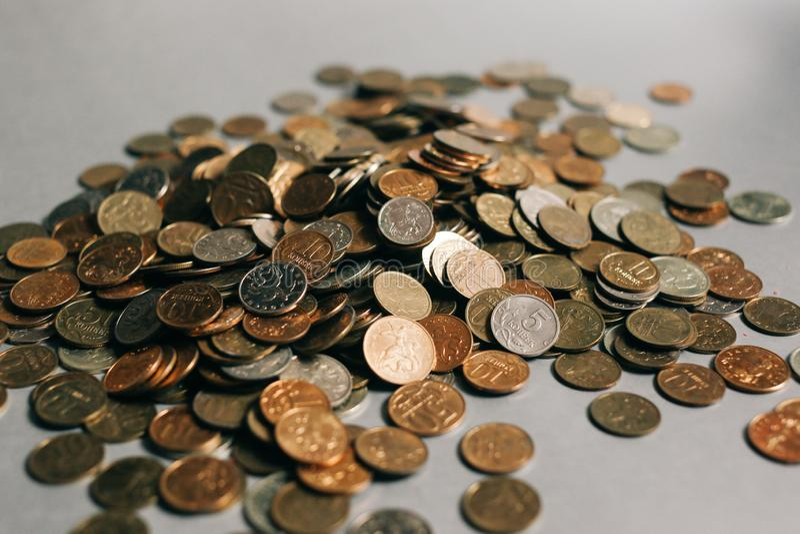 Monete russe dei soldi sui precedenti grigi, spazio della copia immagine stock