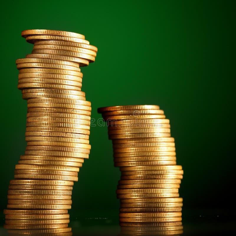 Monete su verde fotografia stock libera da diritti