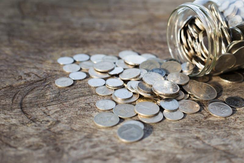 Monete sul legno fotografia stock