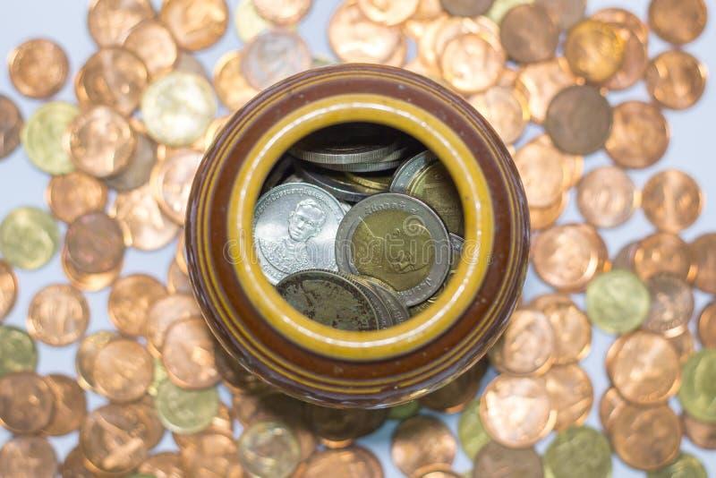 Monete tailandesi in un barattolo fotografia stock libera da diritti
