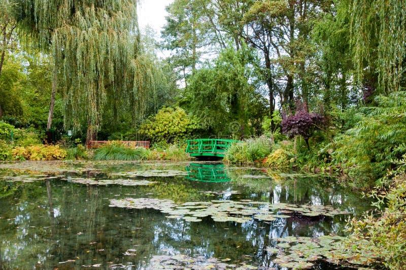 Download Monets Garten und Teich stockbild. Bild von teich, baum - 13045247