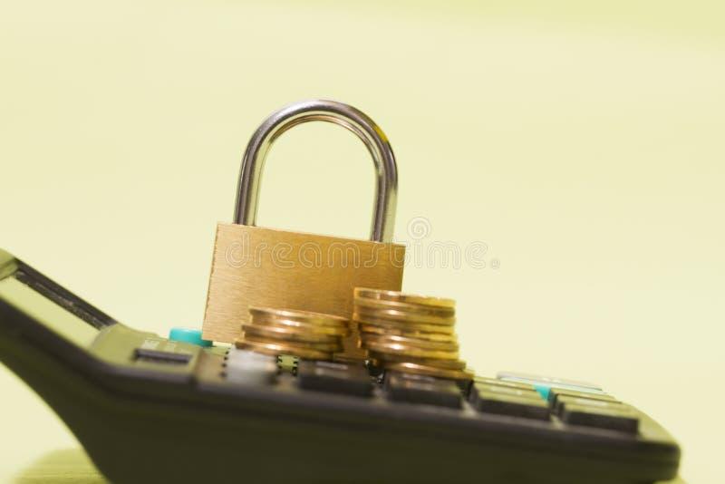 Monety i blokady umieszczane na kalkulatorach, statystykach dotyczących bezpieczeństwa finansowego i gospodarczego oraz obliczani obraz royalty free