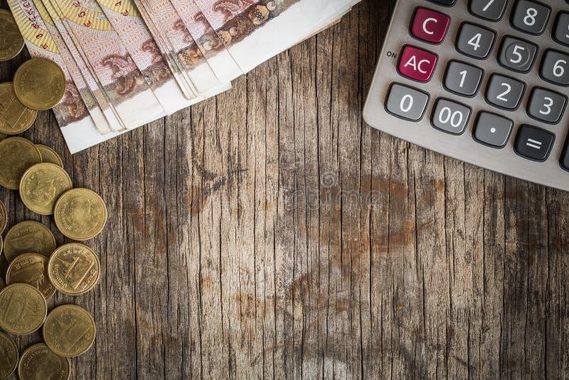 Monety i kalkulatorzy na starym drewno stole, finansowy pojęcie obrazy royalty free