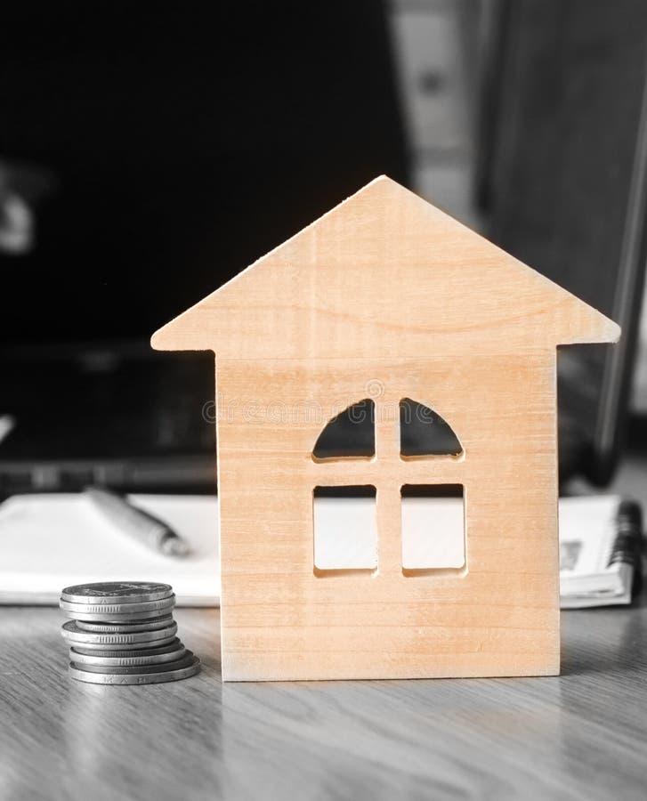 Monety i model dom koncepcja real nieruchomości Kupować mieszkanie hipoteka mieszkanie dla sprzedaży, wkład obrazy stock