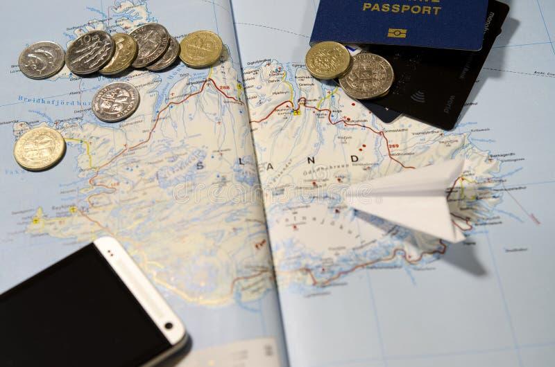 Monety Iceland, samolot, smartphone, biometryczny paszport, dolary, monety i karty kredytowe, zdjęcie stock