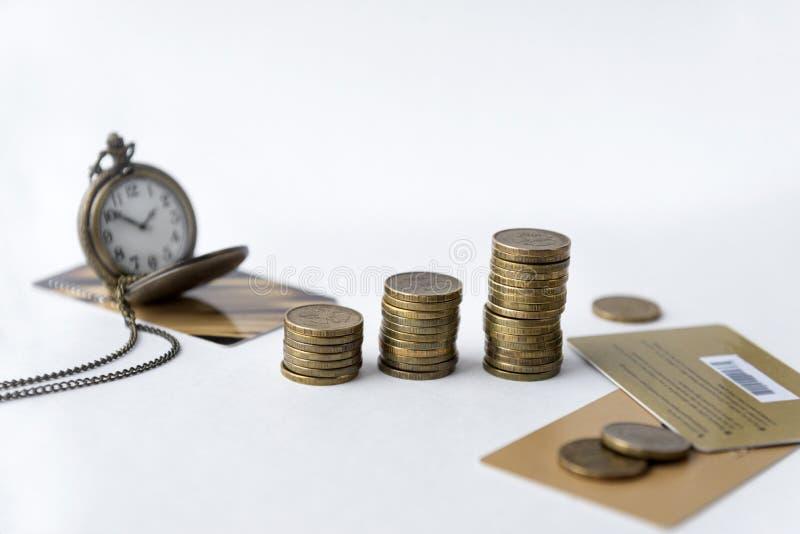 monety, kieszeniowy zegarek na łańcuchu, wieloskładnikowe bank karty na białym tle, czas, pieniądze obraz stock