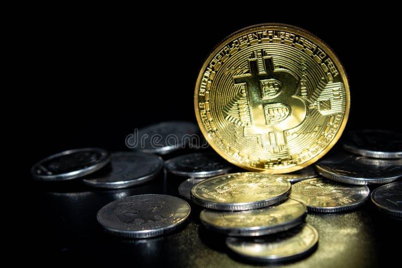 Monety na czarnym tle zdjęcia stock