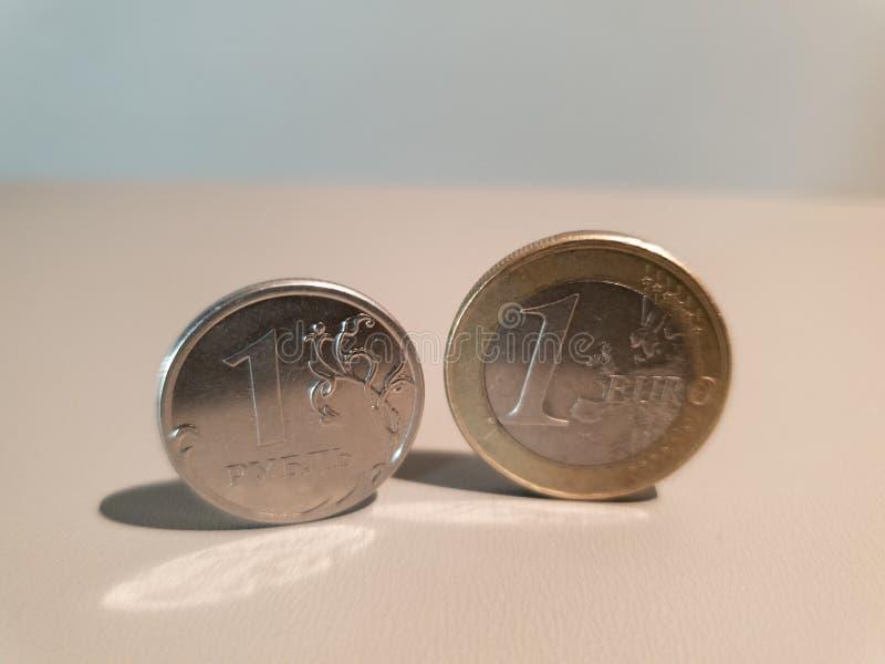 - monety, Rubel i euro finanse pieni?dze zdjęcia stock