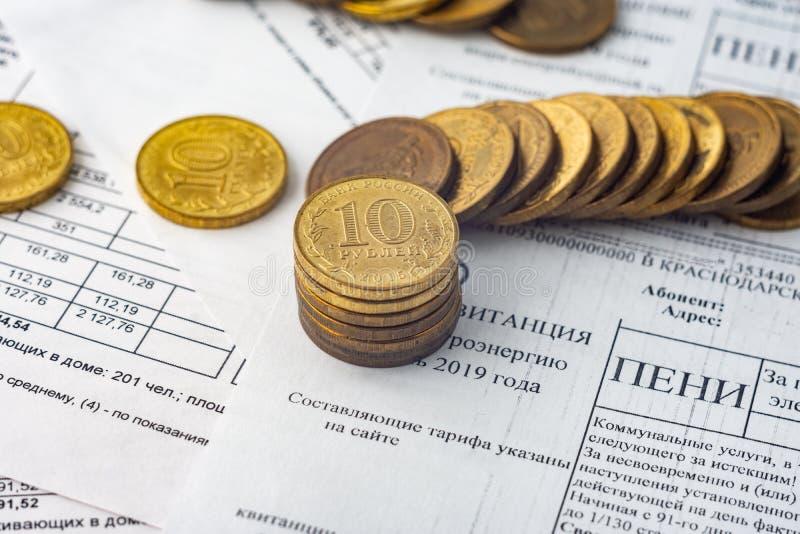 Monety są na rachunkach, kary dla elektryczności obrazy stock