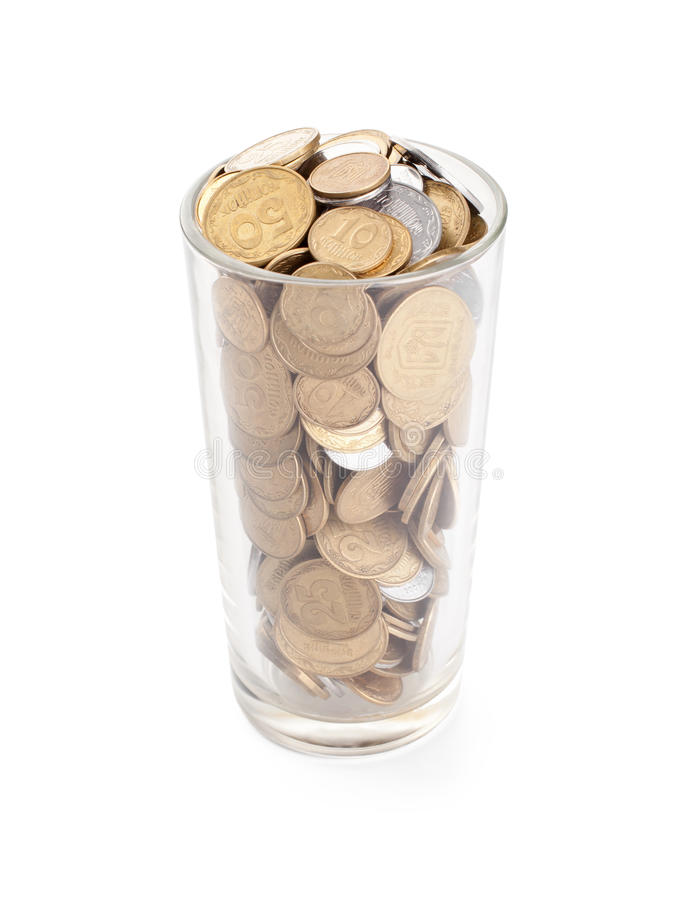 Monety w szklanej filiżance na bielu zdjęcia stock