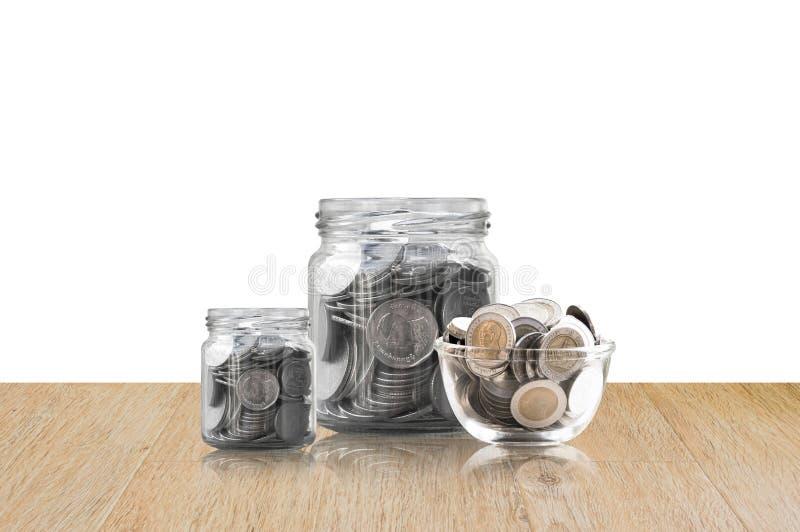 Monety w szklanym słoju na Drewnianej podłoga, savings monety I interesu pojęcia oszczędzania pieniądze pojęcie, - inwestycja, na obrazy royalty free