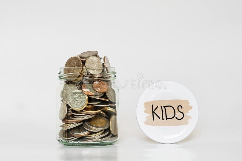 Monety w szklanym słoju, ratuje pieniądze dla ich dzieciaków fotografia royalty free