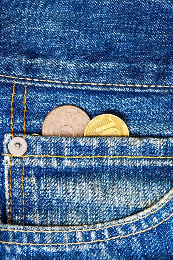 Monety w twój kieszeniowych cajgach pojęcia prowadzenia domu posiadanie klucza złoty sięgający niebo obraz stock