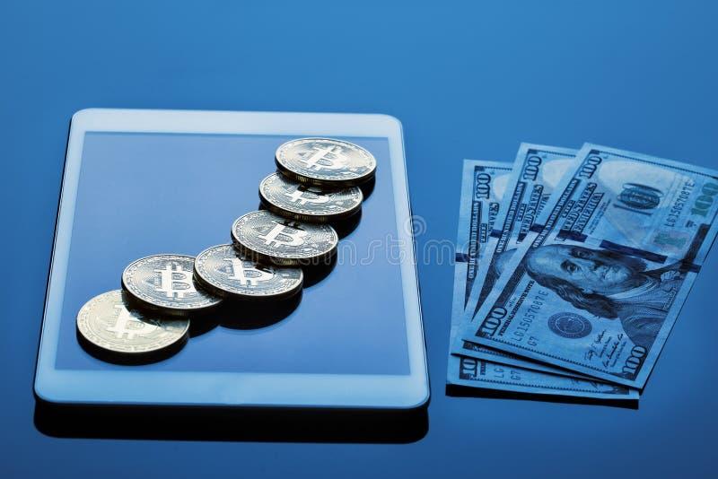 Monety waluta dolara i bitcoin rachunki zdjęcie stock