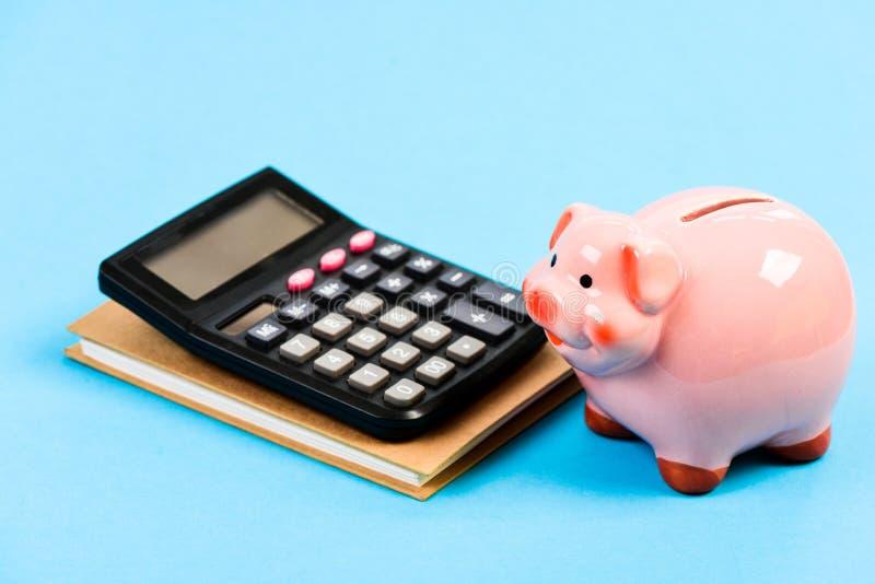 Moneybox с калькулятором E планирование считая бюджет Дело Commerece r Бухгалтерия и зарплата стоковая фотография rf