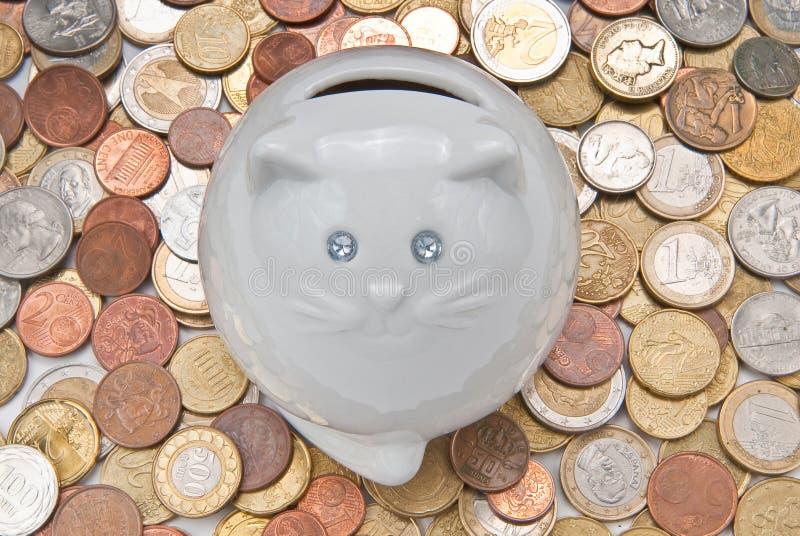 Moneybox bajo la forma de gato. foto de archivo
