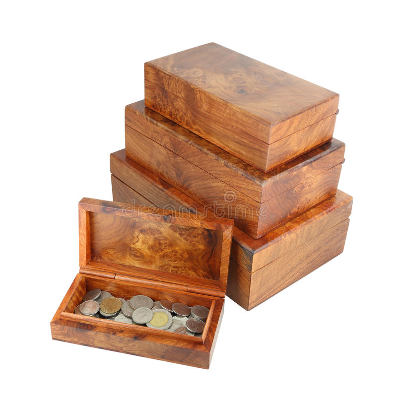 Moneybox de madera abierto con las monedas en blanco fotografía de archivo