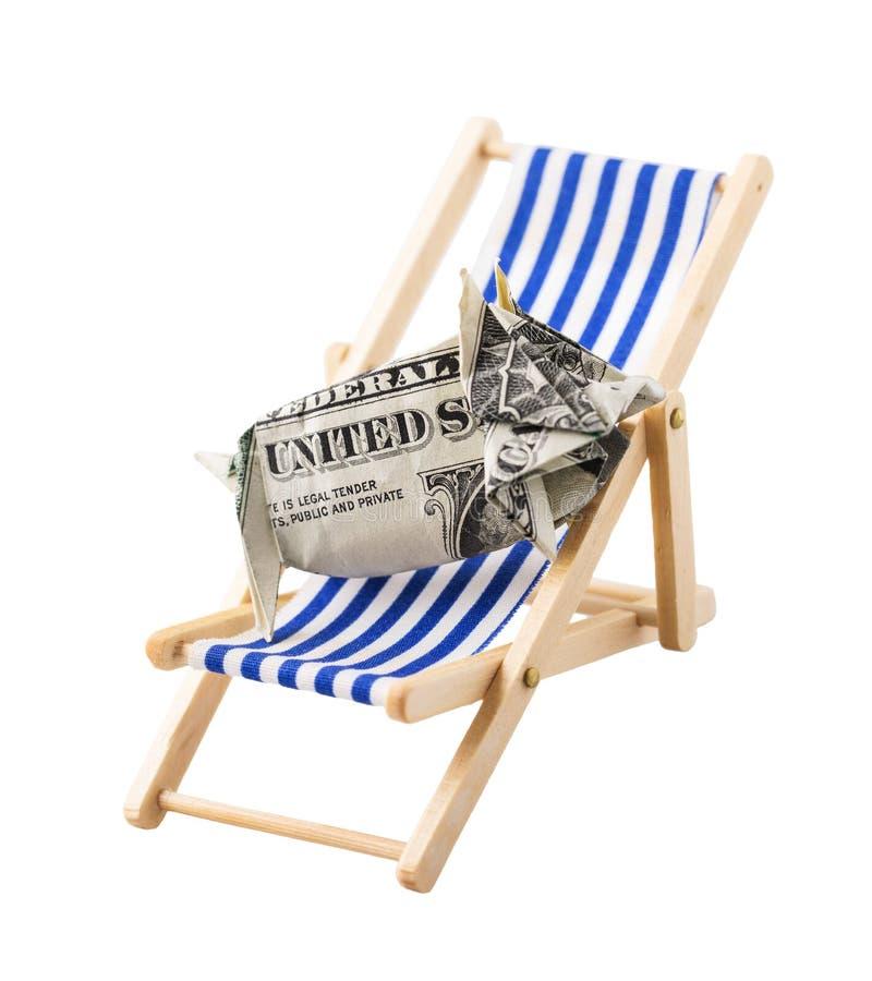 Moneybox en la forma de cerdo hecha de dólar, mintiendo en salón de la calesa fotografía de archivo libre de regalías