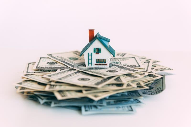 Moneybox leitão com dinheiro do dólar imagem de stock