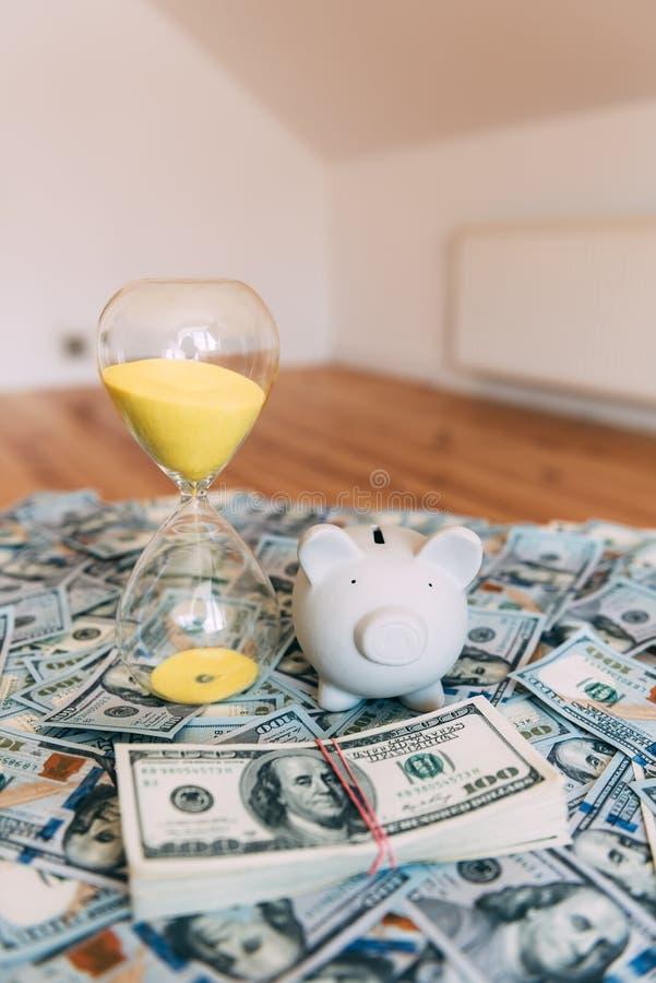 Moneybox leitão com dinheiro do dólar foto de stock