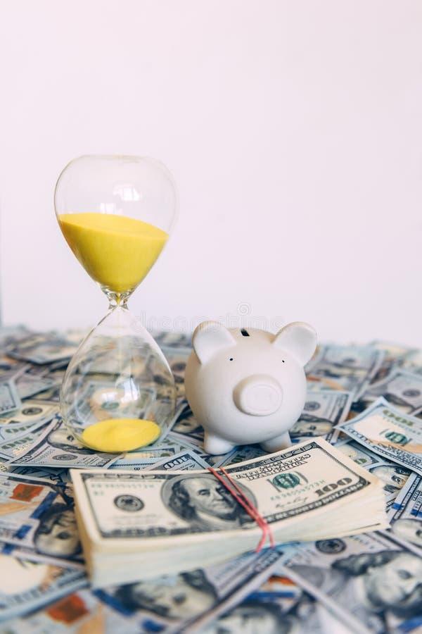 Moneybox leitão com dinheiro do dólar fotos de stock royalty free