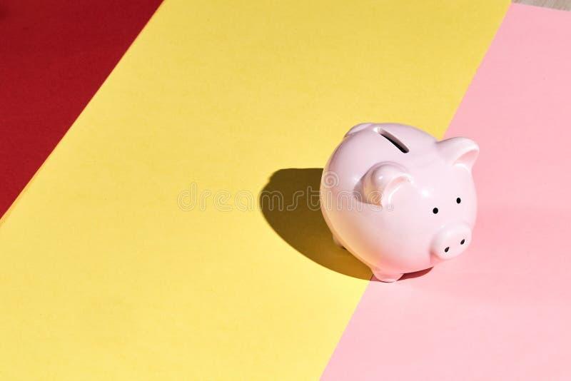 Moneybox para almacenar el dinero, envase de la moneda imagenes de archivo