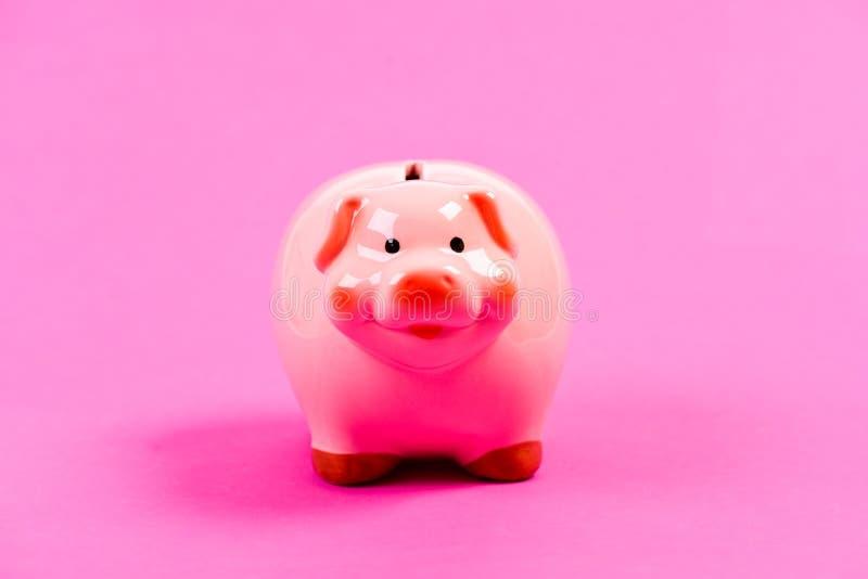 Moneybox para las monedas Presupuesto del planeamiento gestión de la renta Bater?a guarra en fondo rosado ahorro del dinero Probl fotos de archivo