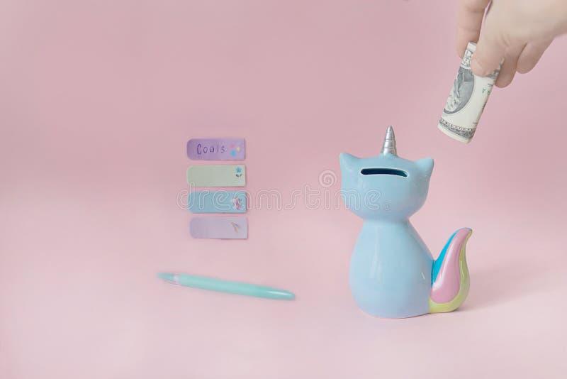 Moneybox para los diversos propósitos, ayudará a satisfacer sus sueños, capacidad de planear un presupuesto familiar imagen de archivo